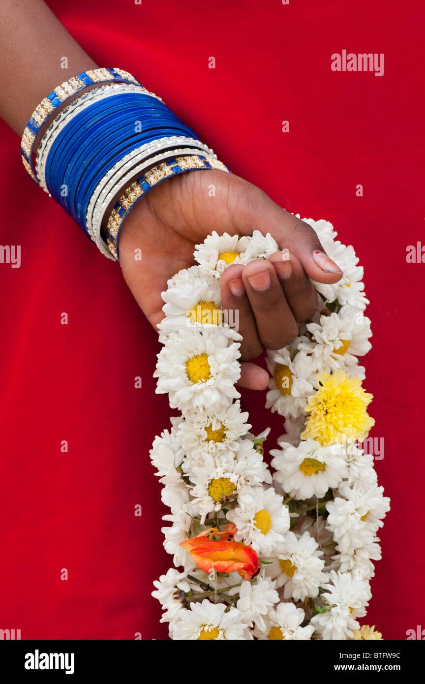 Giovani indiani ragazza con una ghirlanda di fiori dietro la schiena Immagini Stock