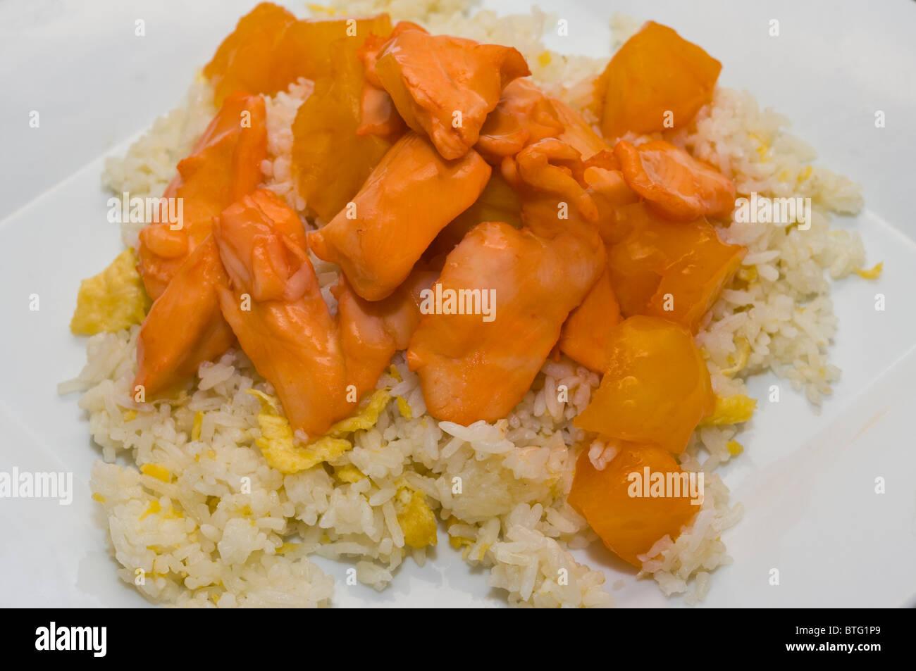 Pollo in ananas e uovo fritto cinese di riso prendere via il cibo su una piastra bianca Immagini Stock