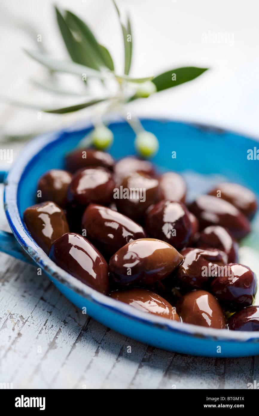 Olive nere in vecchio stile piatto Immagini Stock