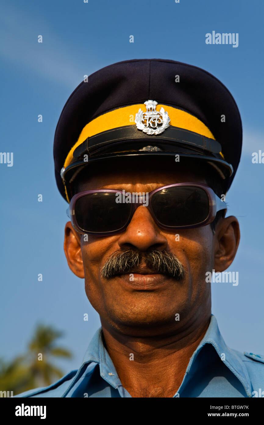 India Kerala, orgogliosa polizia turistica con il più cool occhiali da sole sulla spiaggia di Varkala Immagini Stock