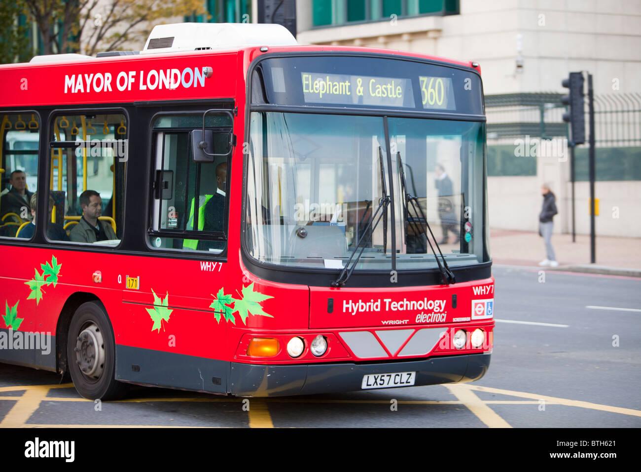 Una tecnologia ibrida elettrico bus in Londra. Parte di trasporti per Londra l'impegno a ridurre le loro emissioni Immagini Stock