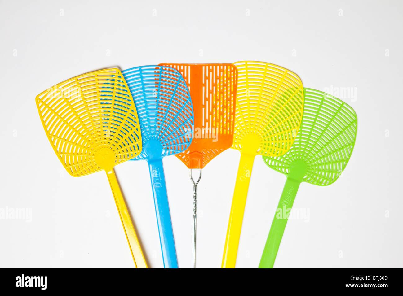In plastica colorata fly swatters Immagini Stock