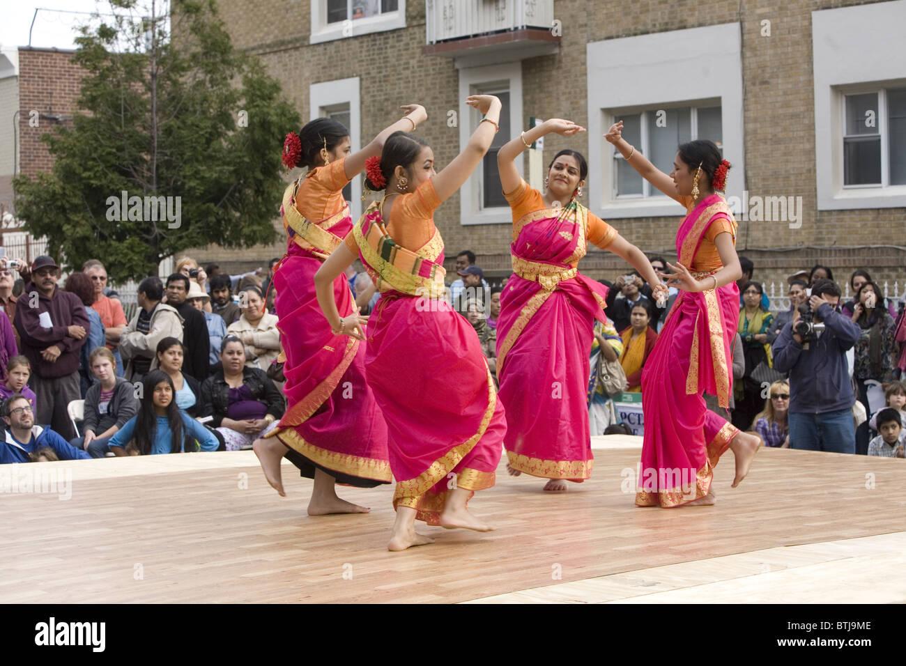 Bengalese prestazioni americano gruppo eseguire ad un festival per le culture del mondo a Brooklyn, New York. Immagini Stock