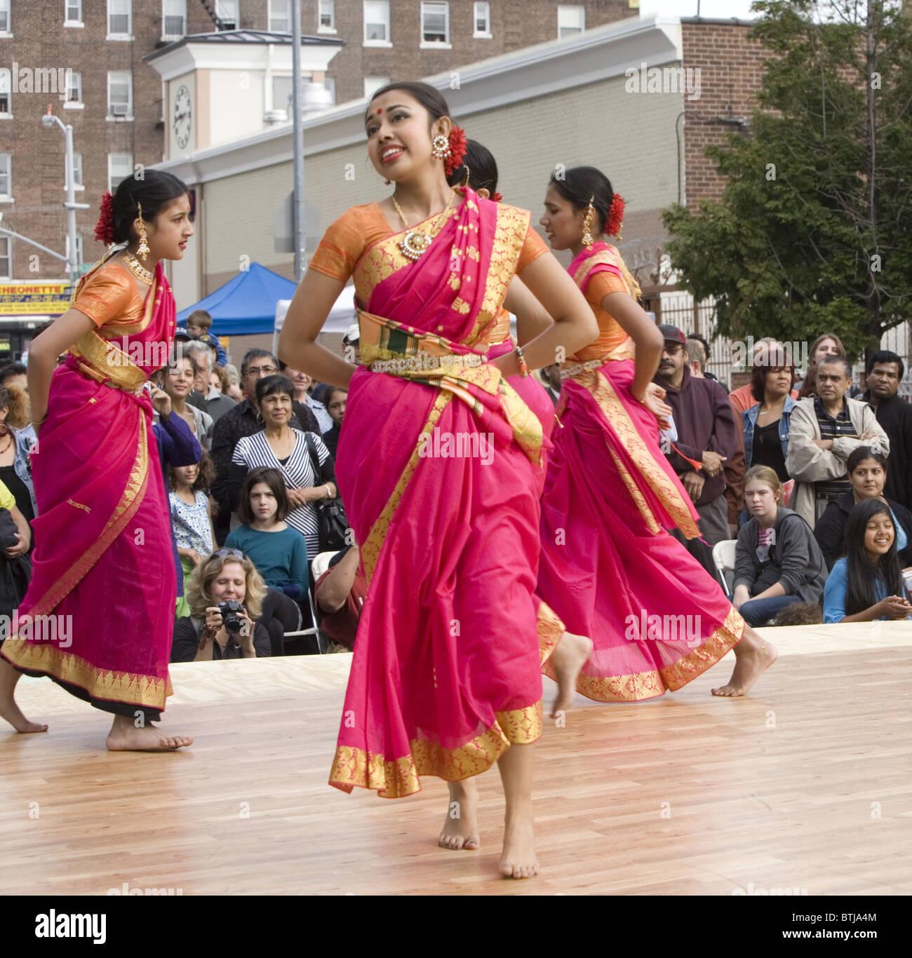 Bengalese prestazioni americano gruppo suona presso un festival per le culture del mondo a Brooklyn, New York. Immagini Stock
