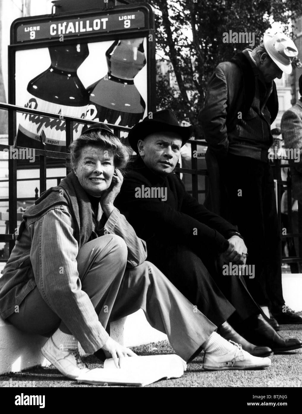Katharine Hepburn, Yul Brynner e Danny Kaye sul set di' la donna pazza di Chaillot', Nice, Francia. 1968. Immagini Stock