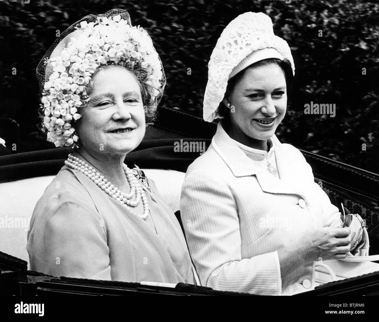 Queen Elizabeth (la regina madre), la principessa Margaret, arriva sul primo giorno del Royal Ascot gare in Inghilterra, Immagini Stock