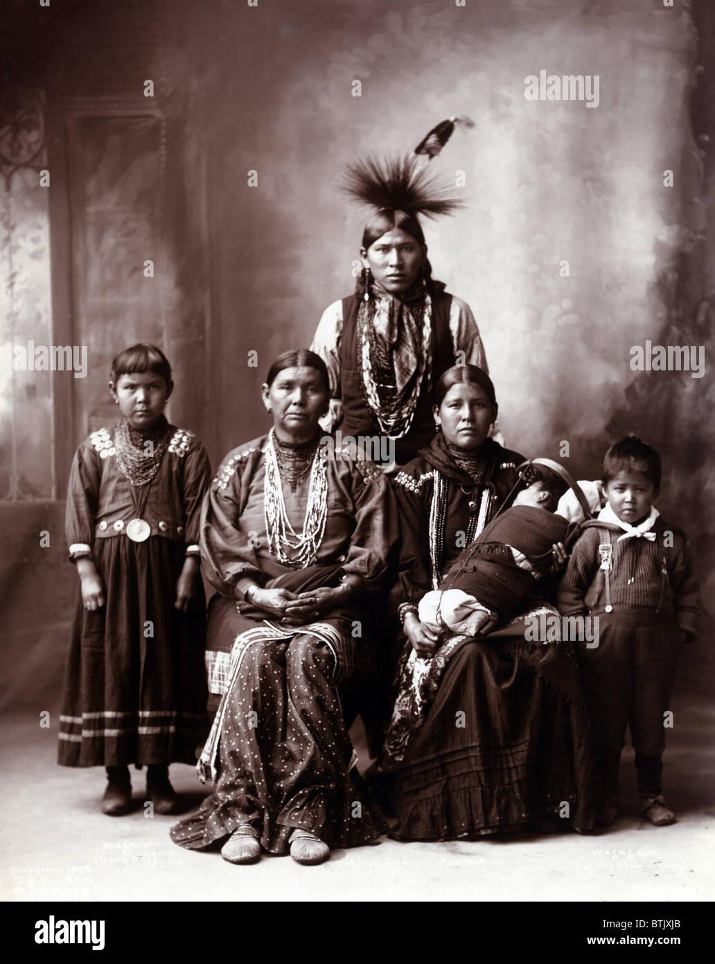 Native American Family, titolo originale: 'Sauk famiglia indiana', fotografia di Frank A. Rinehart, 1899. Immagini Stock