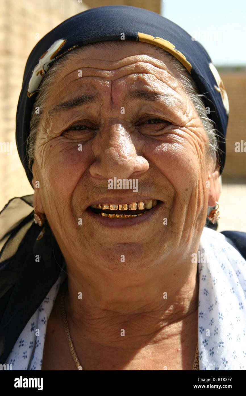 Signora tradizionale con denti di oro in Uzbekistan Immagini Stock