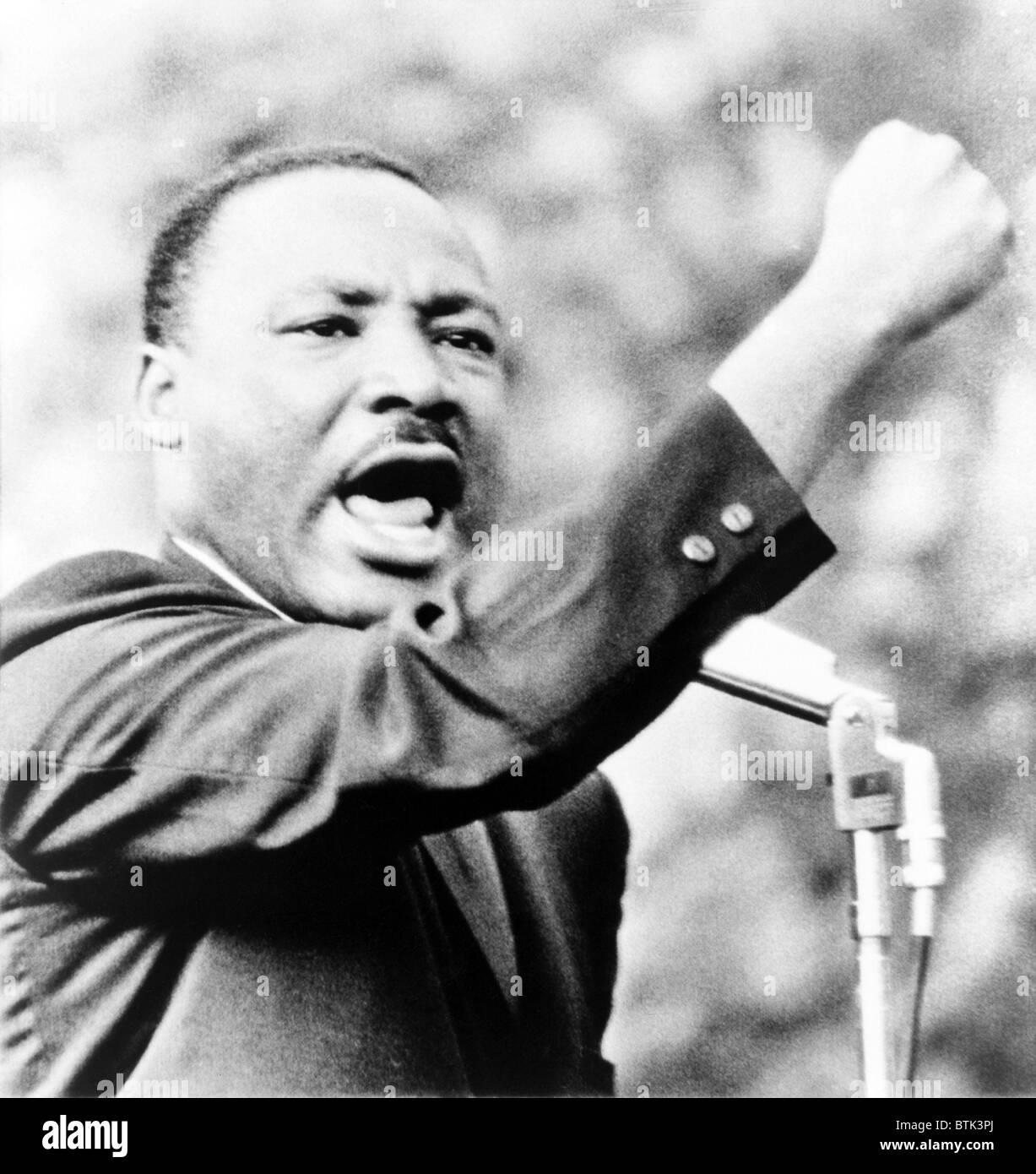 Martin Luther King Jr., gesticolando con il pugno destro e offrendo al contempo il parlato a Girard College, Philadelphia, Immagini Stock