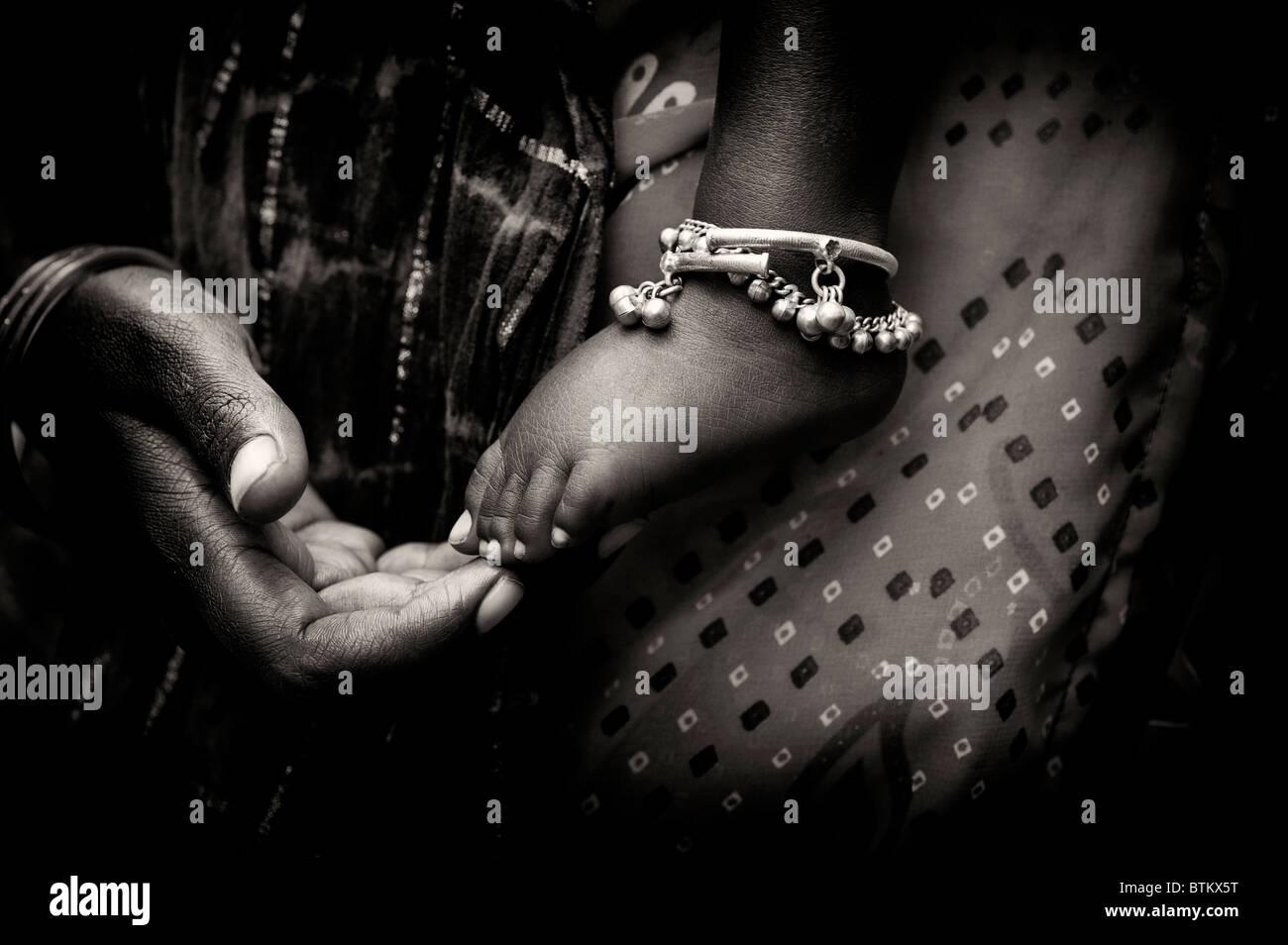 Indian madre e bambino, a mano e a pedale. India. Mononchrome Immagini Stock