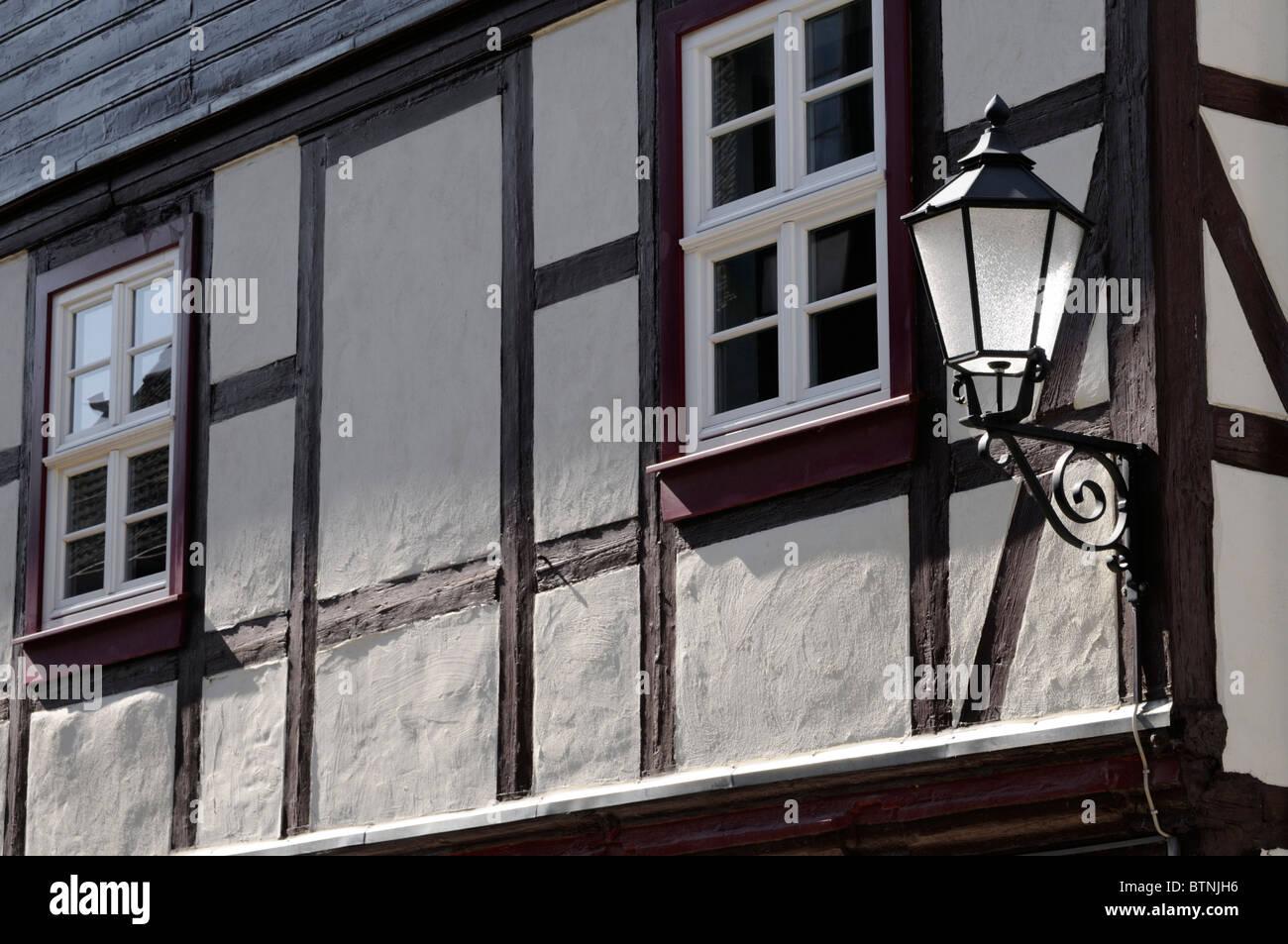 Alte Straßenlampe und Fachwerkhaus, Wernigerode, Deutschland. - La vecchia strada lampada e casa in legno e muratura, Foto Stock
