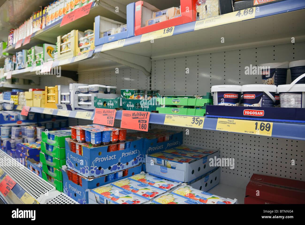 Regno Unito, Gran Bretagna. Prodotti lattiero-caseari, burro e yogurt in vendita sugli scaffali del supermercato Immagini Stock
