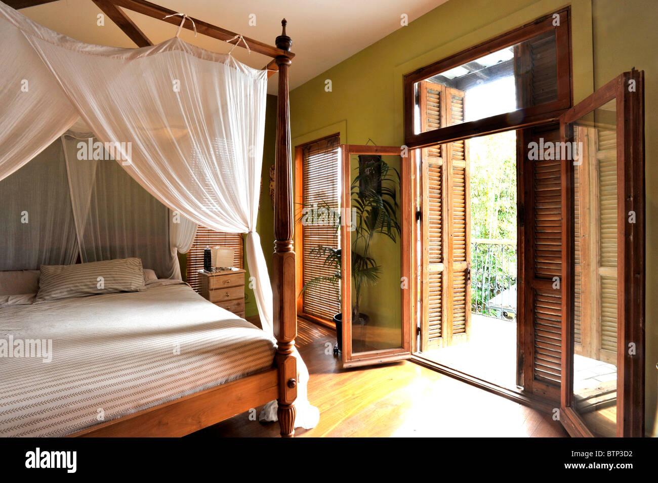 Zanzariera Da Letto : Camera da letto tropicale con zanzariera e persiane di legno foto