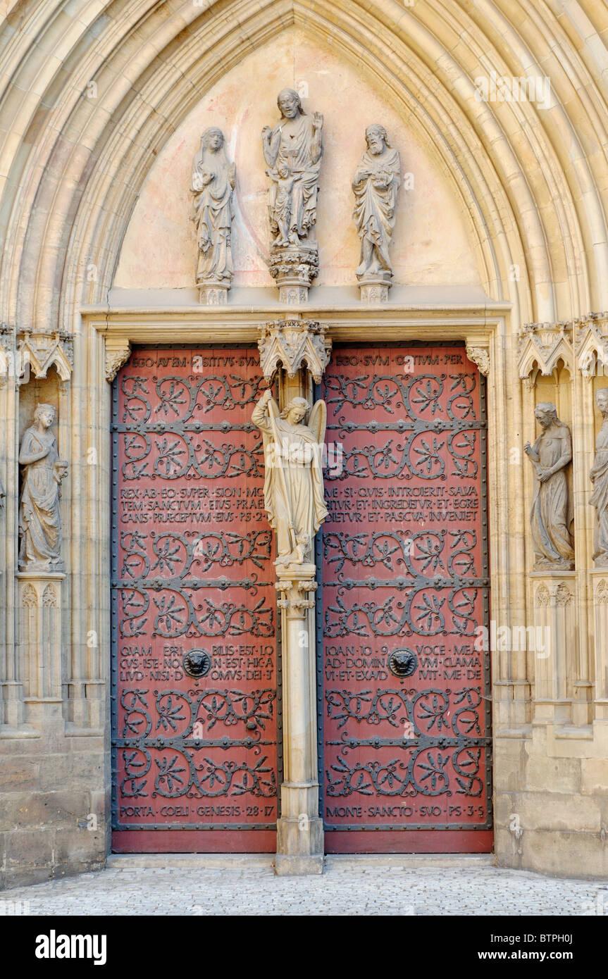 In Germania, in Turingia, Erfurt, Dom St Marien, porta chiusa e statue Immagini Stock