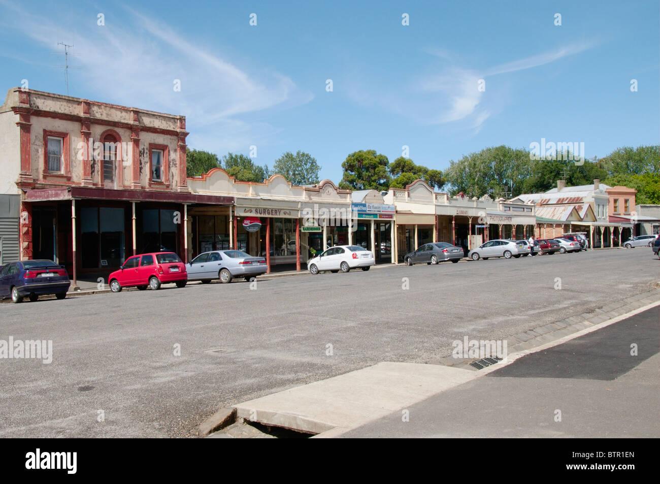 Australia, Central Victoria, Clunes, strada principale con le auto parcheggiate vicino all'edificio Immagini Stock