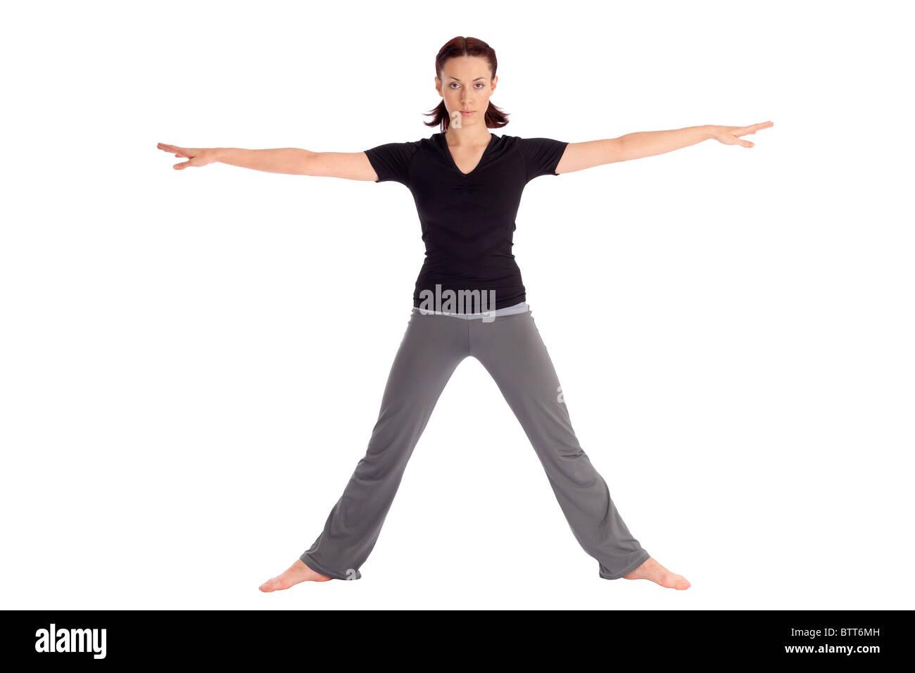 Montare la giovane donna facendo esercizi yoga guerriero chiamato (nome sanscrito: Virabhadrasana), isolati su sfondo Immagini Stock