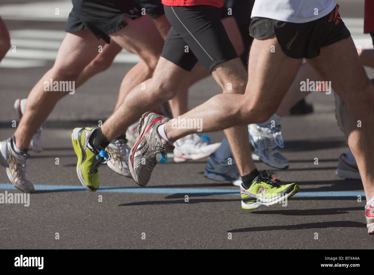 Le gambe e i piedi dei corridori durante il 2010 New York City Marathon. Immagini Stock