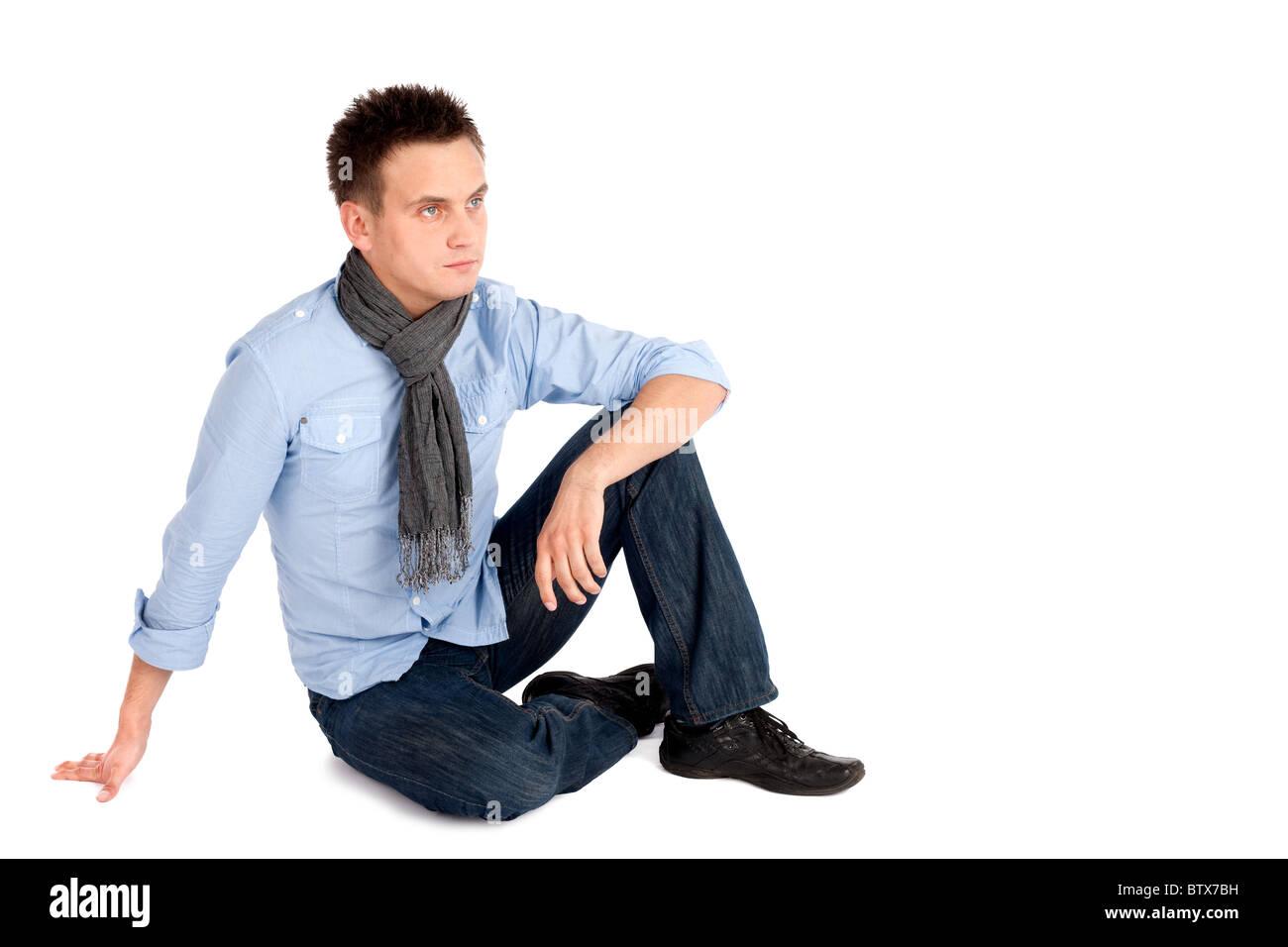 super popular 433ad 3a676 Casual Giovane Uomo in camicia e jeans seduto a terra ...