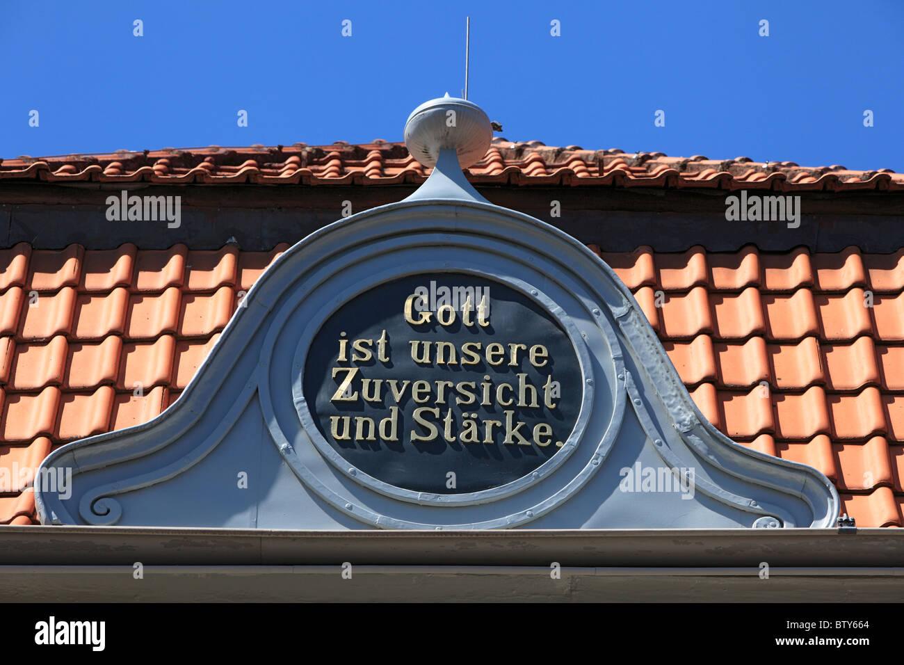 """Segensspruch """"Gott ist unsere Zuversicht und Staerke' an der Evangelischen Kirche in Xanten, Niederrhein, Immagini Stock"""