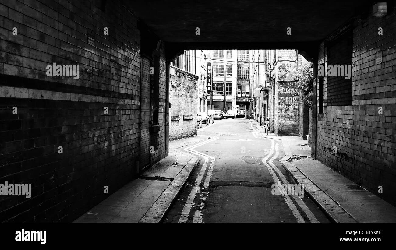 Dark urbano corridoio di mattoni. Immagini Stock