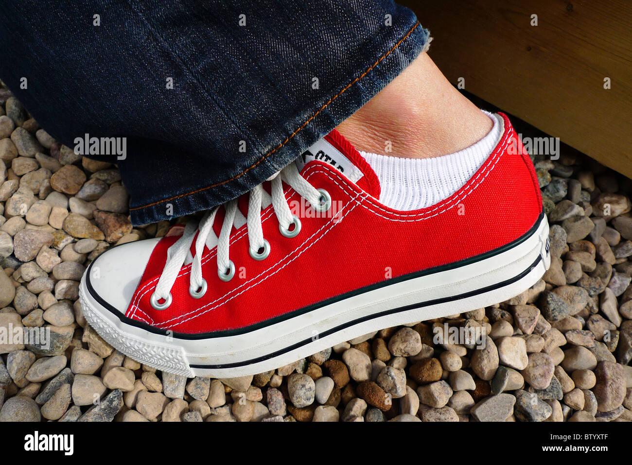 Red Converse Sneakers Immagini e Fotos Stock - Alamy