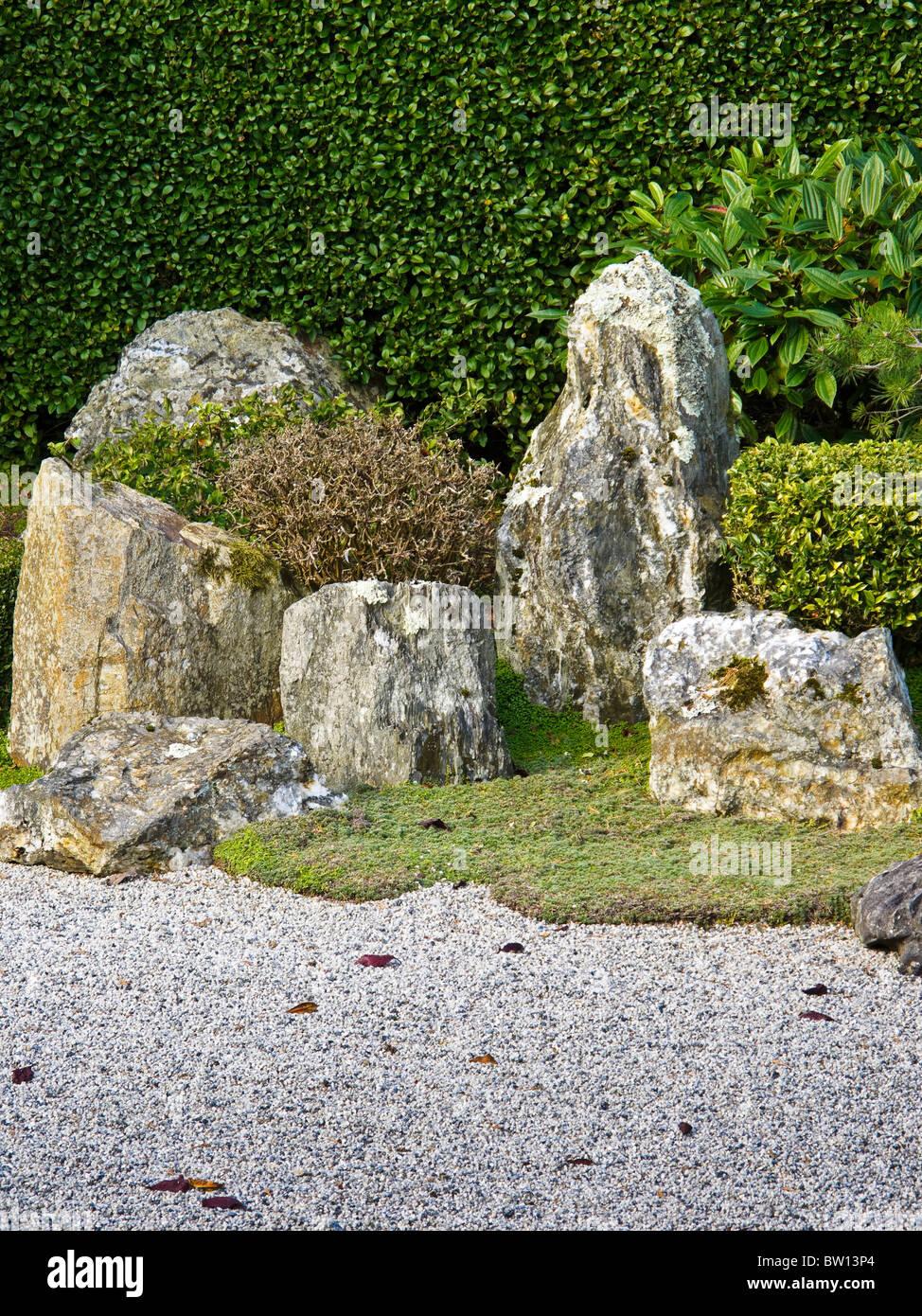 Un angolo di un giardino giapponese che mostra la ghiaia e for Angolo giardino