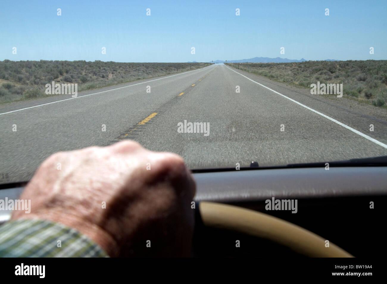 Driver mano sul volante di un automobile, Oregon, Stati Uniti d'America. Immagini Stock