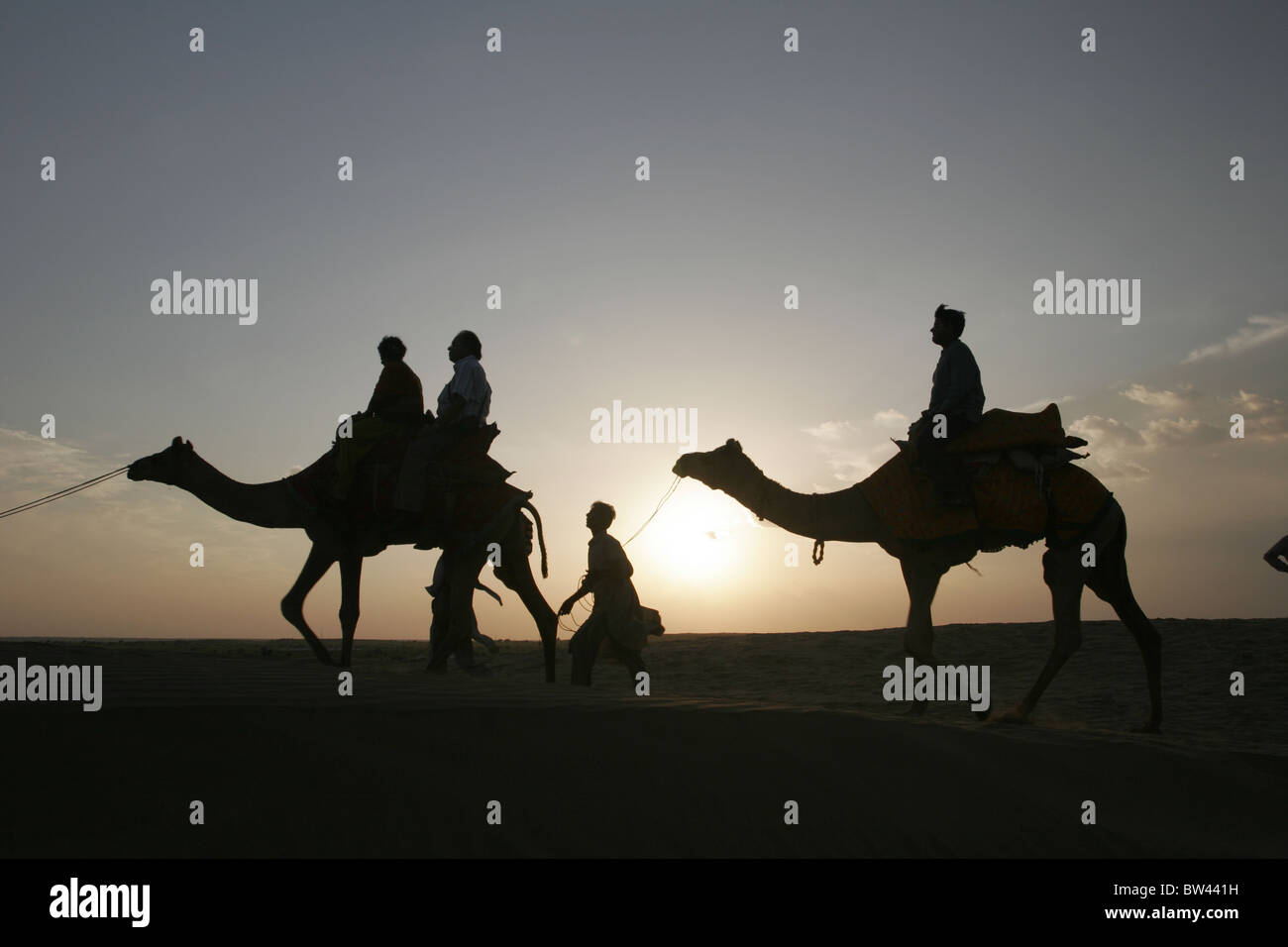 Il turista a godere di una corsa in cammello al Sam, Jaisalmer, Rajasthan, India. Immagini Stock