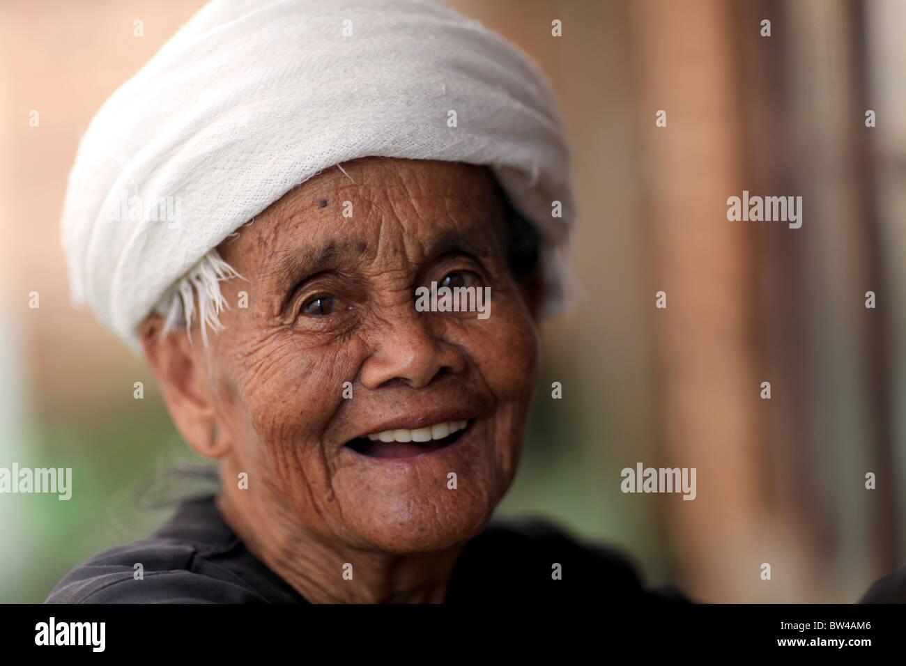 Ritratto di una dama appartenente all'IAM minoranza etnica nella regione di Xishuangbanna del sud-ovest della Immagini Stock