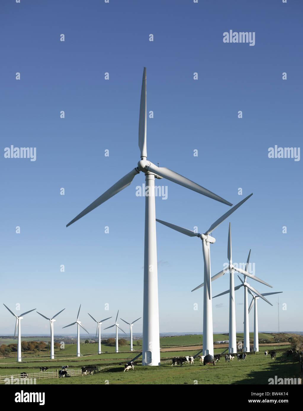 Le turbine eoliche in centrali eoliche Immagini Stock