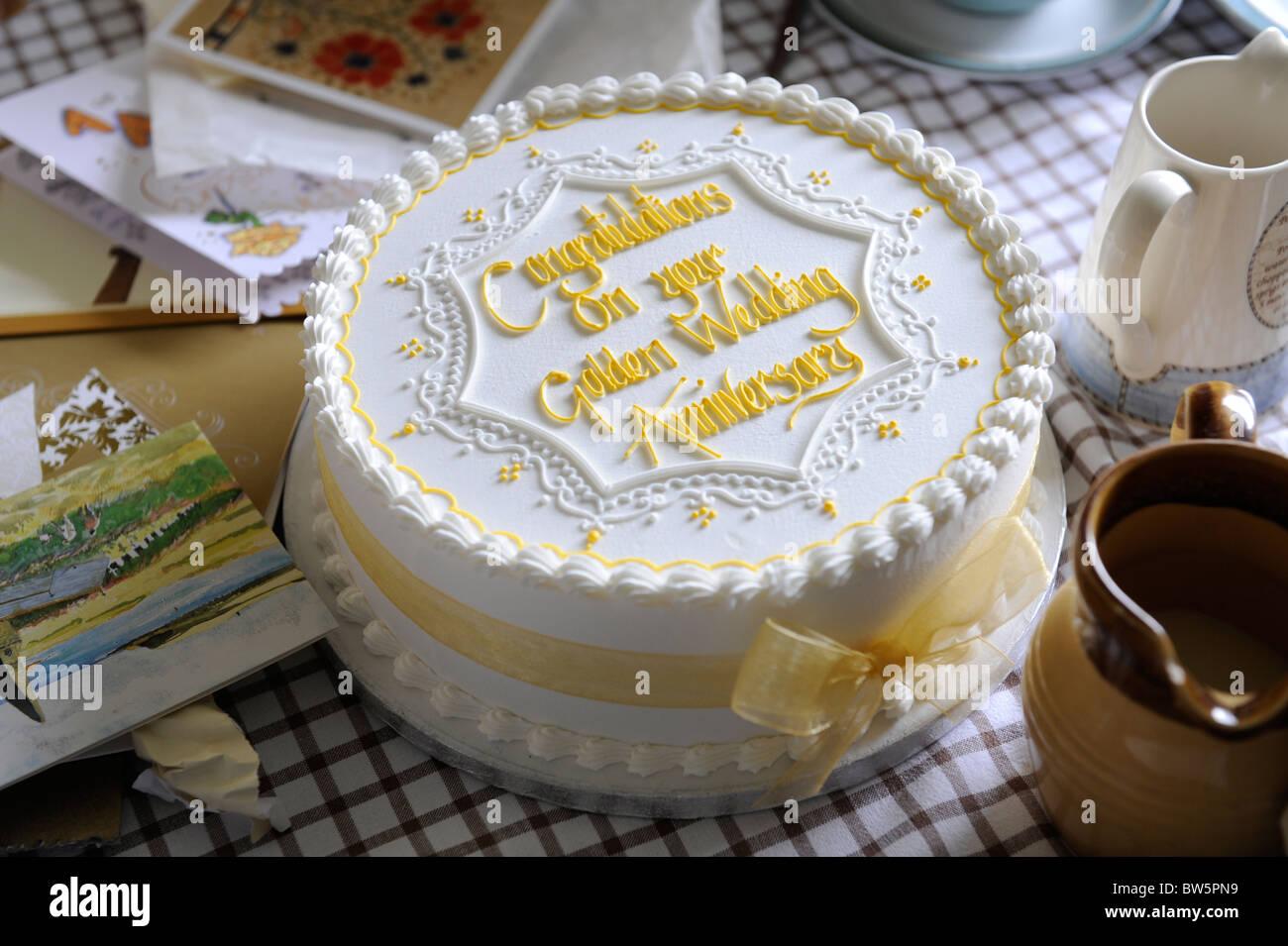 Golden Torta Di Nozze Per Festeggiare 50 Anni Di Matrimonio