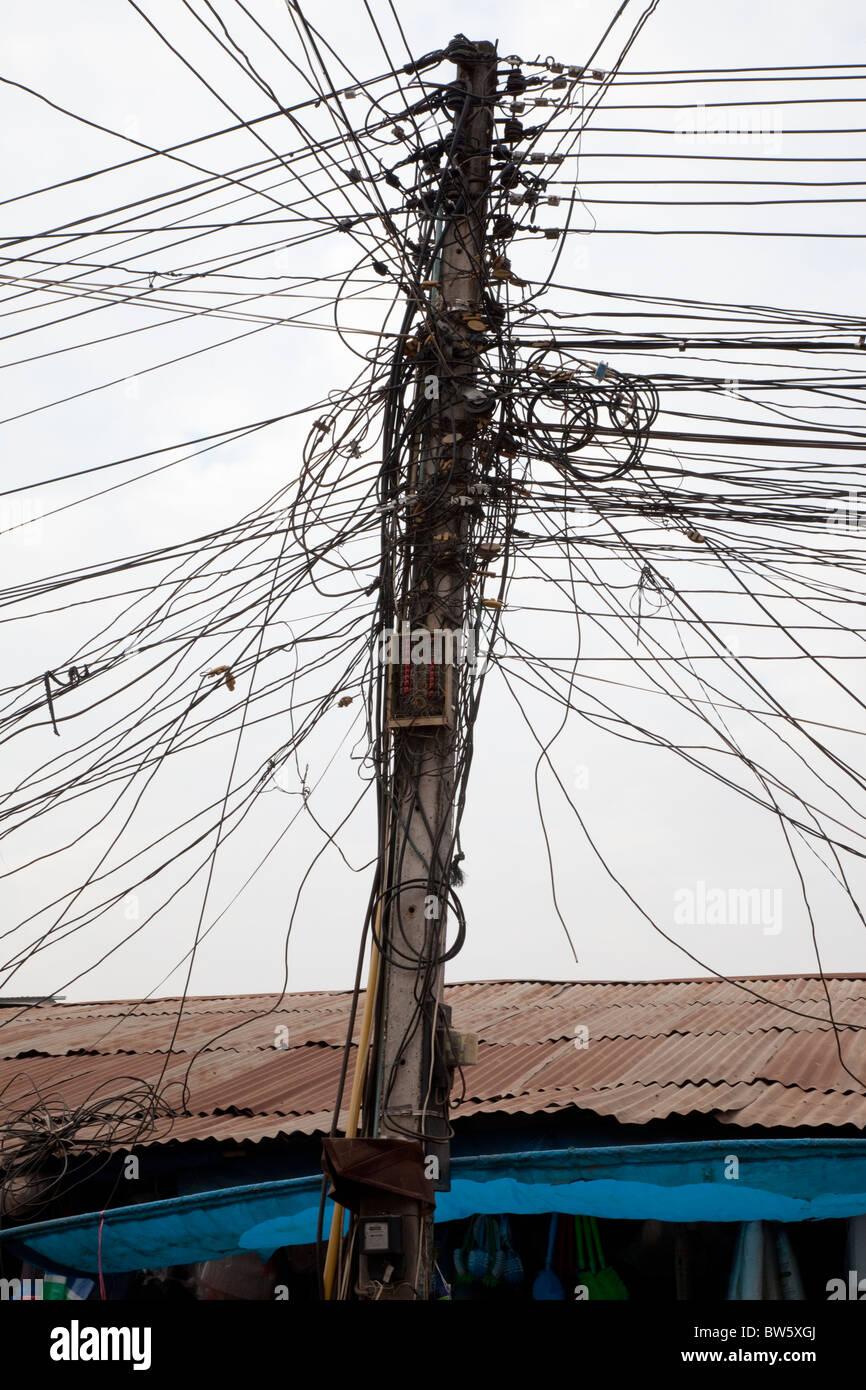 Una confusione di cavi telefonici di Vientiane, la capitale del Laos. Foto Stock