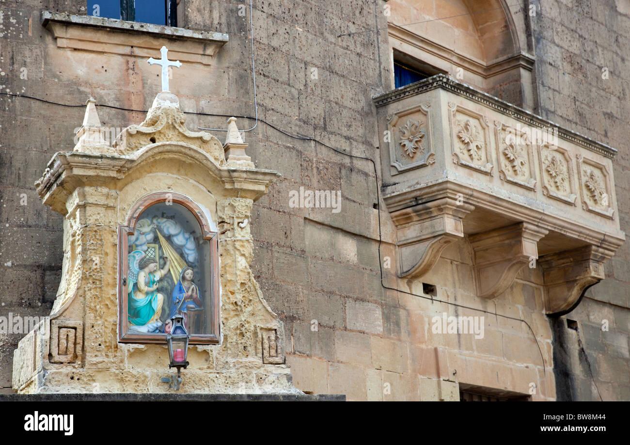 Facciata di una vecchia casa e angolo di nicchia in Ghasri a Gozo a Malta. Immagini Stock