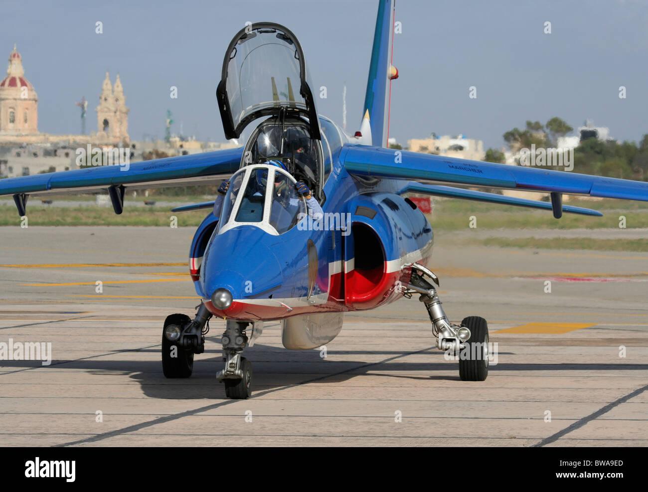 Un Alpha Jet della Patrouille de France pronto per il taxi per il team di visualizzare Immagini Stock