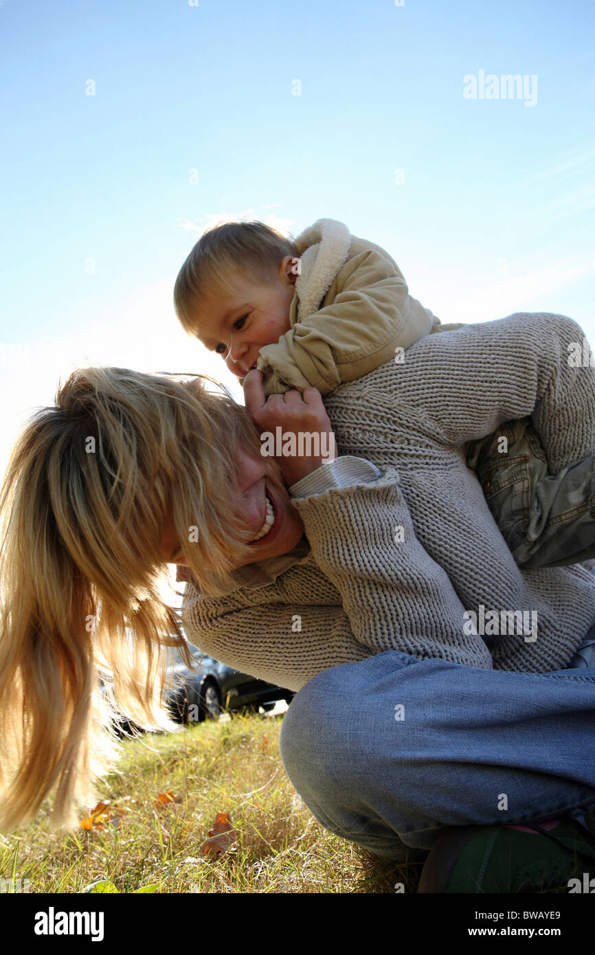 Madre con suo figlio in un prato assolato, Francoforte, Germania Immagini Stock