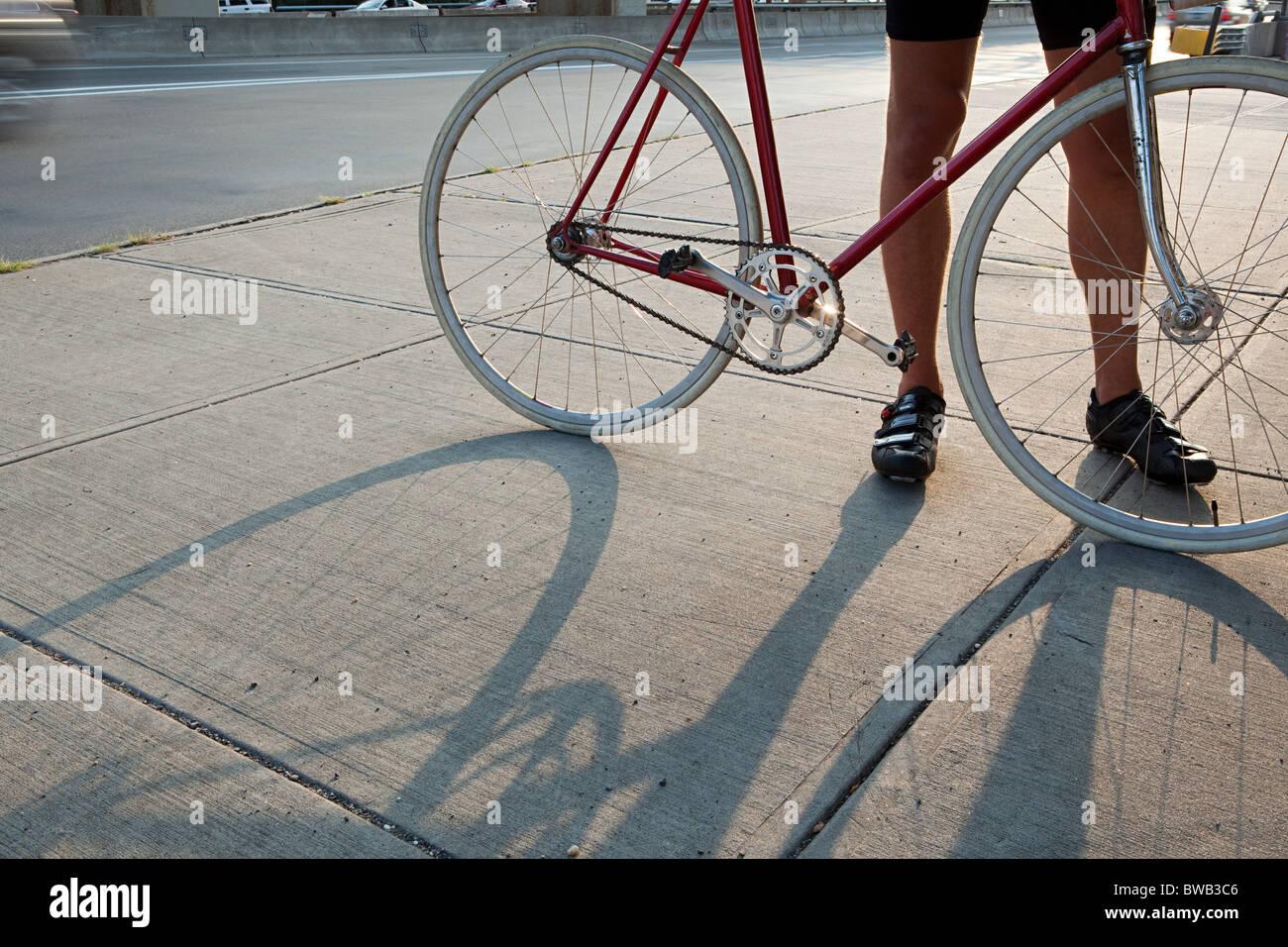 Ciclista con bici Foto Stock