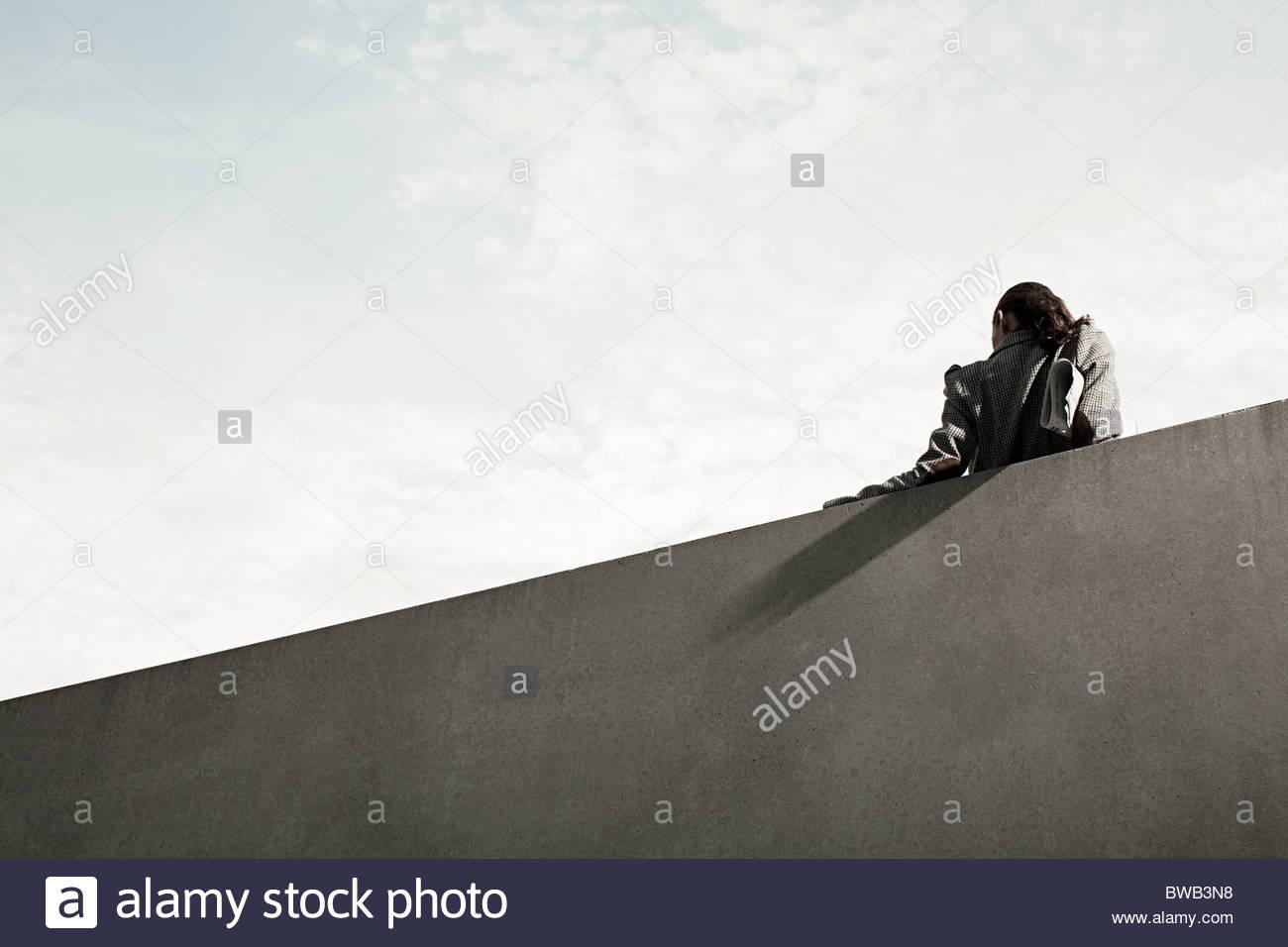 Imprenditrice dalla parete, vista posteriore, angolo basso Immagini Stock