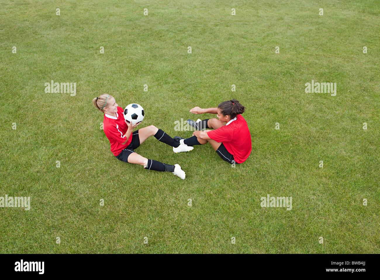 Le ragazze facendo pratica di calcio Immagini Stock
