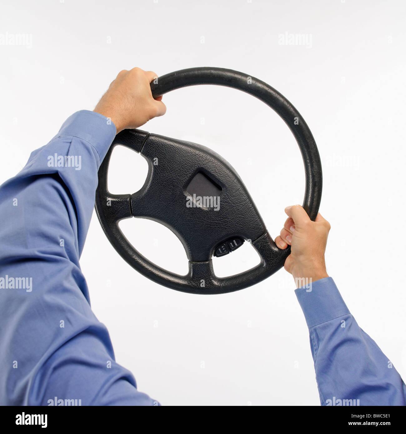 Voce maschile tenendo saldamente su di un volante di sterzo Immagini Stock