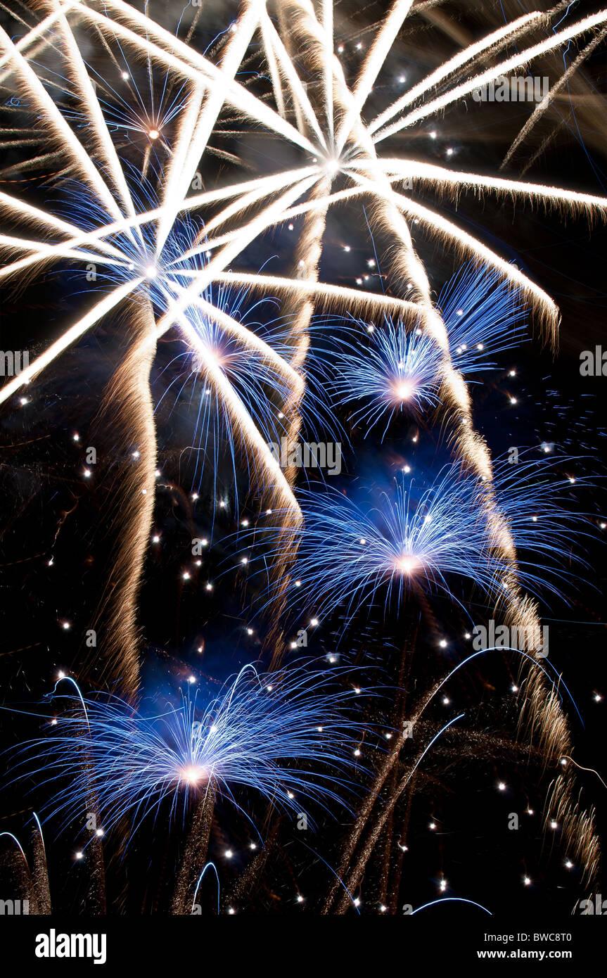 Fuochi d'artificio forma a stella esplosione di blu e bianco Immagini Stock