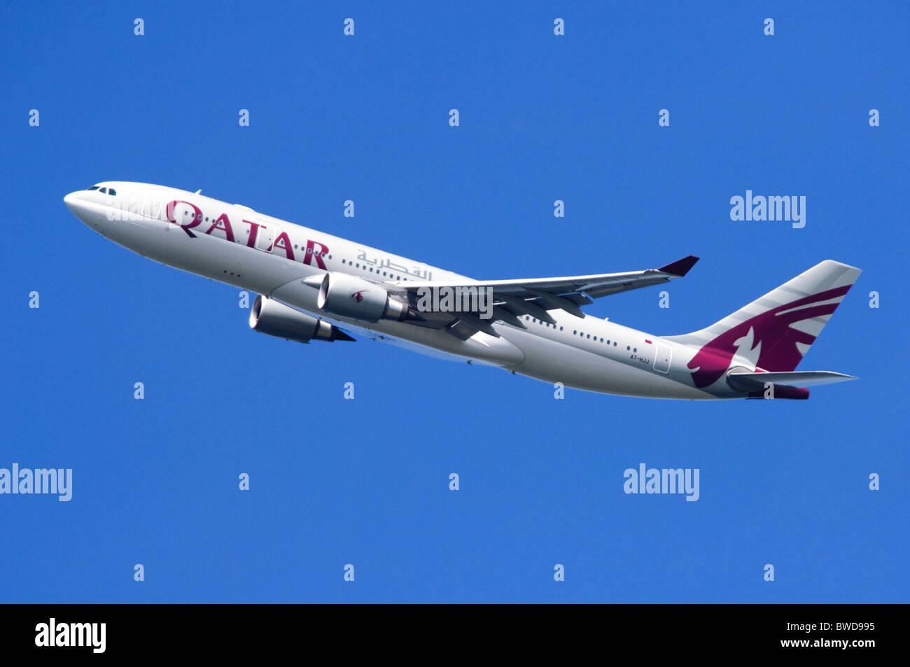 Airbus A330 azionato da Qatar Airways arrampicata fuori dopo il decollo dall'Aeroporto di Londra Heathrow Immagini Stock