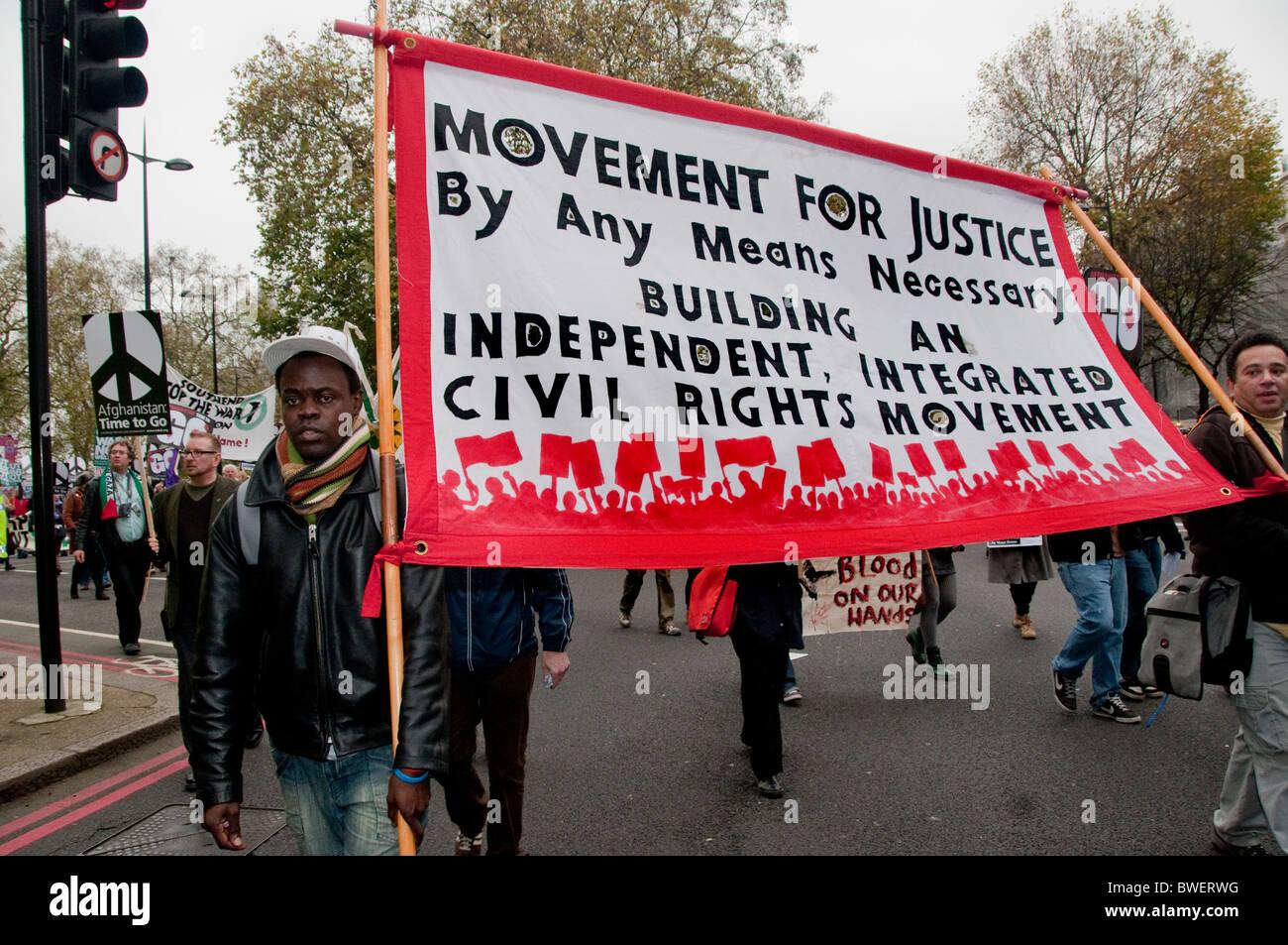 I diritti civili banner a fermare la guerra marzo attraverso il centro di Londra Novembre 20thn 2010 Foto Stock
