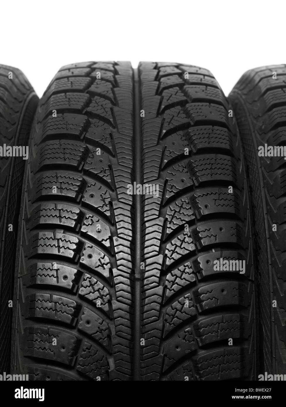 Primo piano di una vettura invernale del battistrada dei pneumatici Immagini Stock