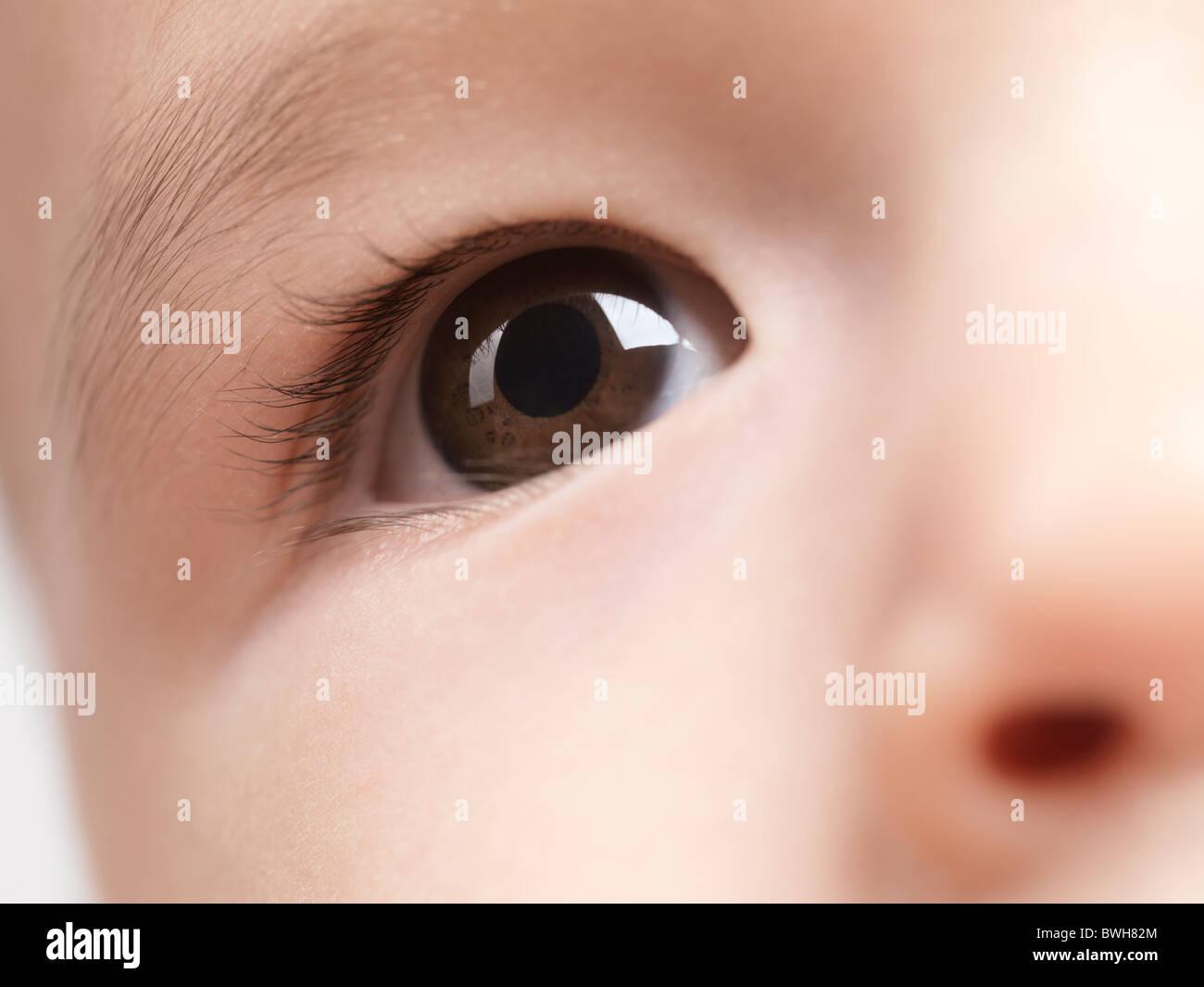Primo piano di un occhio di un sei mesi baby boy Immagini Stock