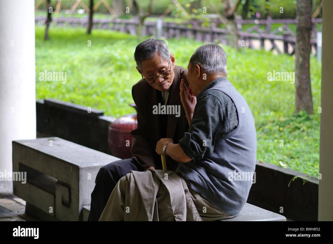 Due uomini anziani in chat, Taipei, Taiwan Immagini Stock