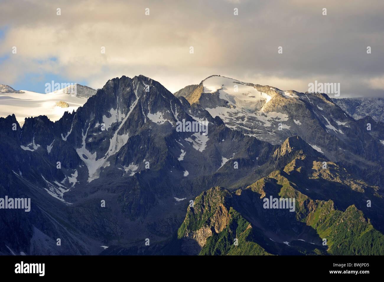 Vista in alba sulle montagne lungo la montagna passare il Passo di Gavia nelle Alpi italiane, Lombardia, Italia Immagini Stock