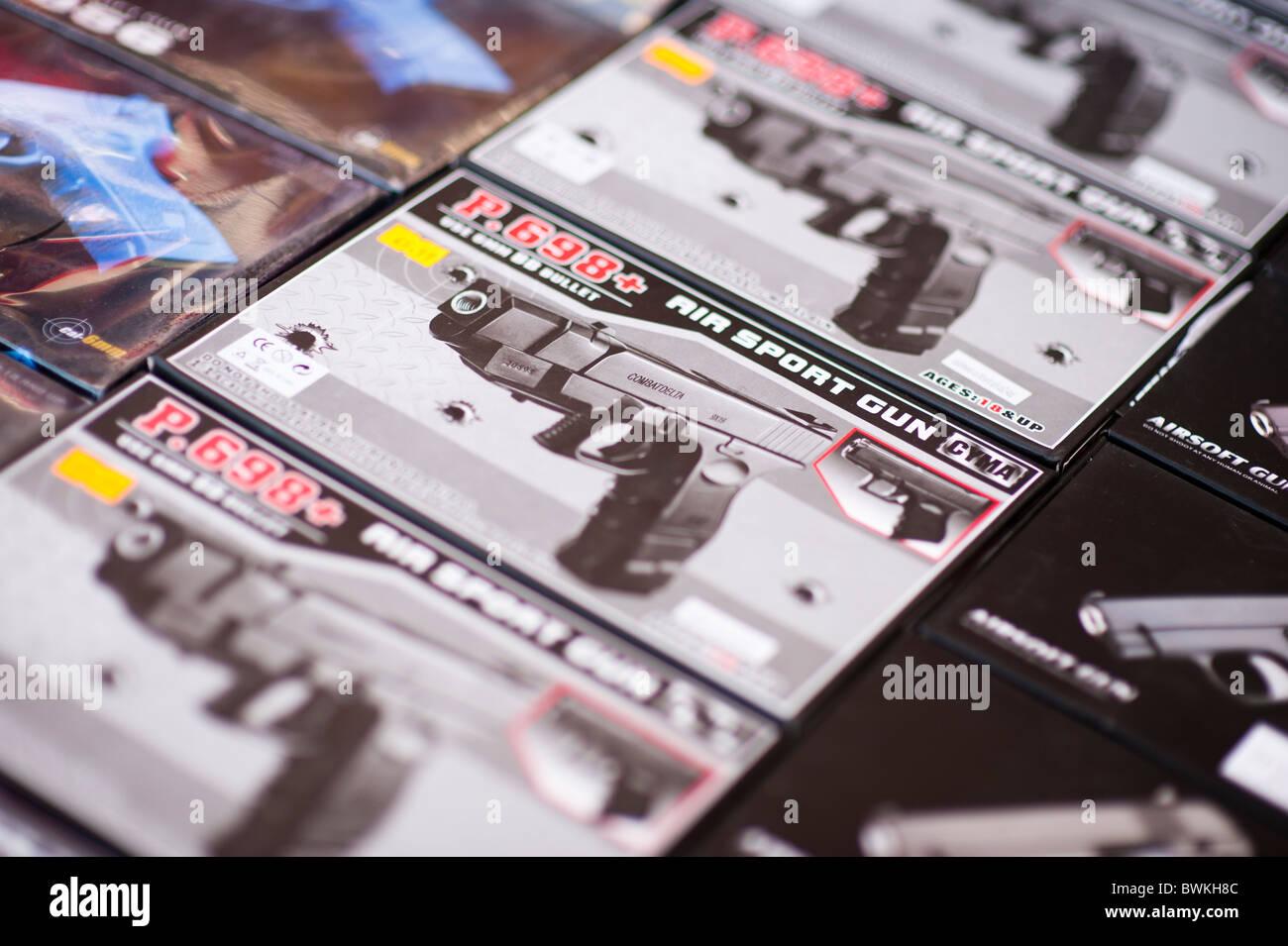 Scatole di pellet aria bebe pistole in vendita su una strada del mercato UK Immagini Stock