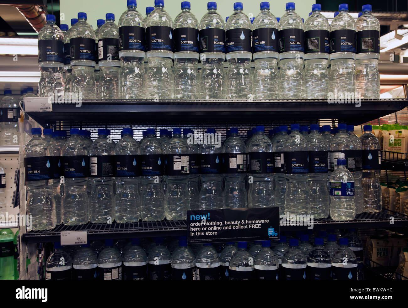 Acqua in bottiglia Bottiglie acqua acqua potabile in negozio Immagini Stock