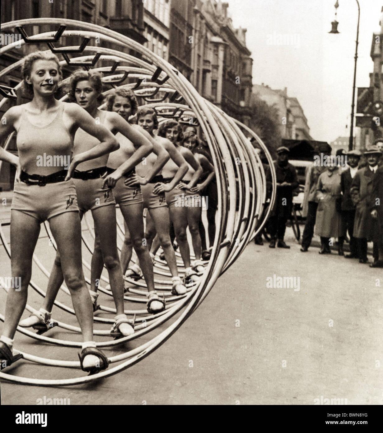 Ginnastica ruota 1931 Berlin Germania Europa donne spettatori presentazione Wintergarten Repertory Theatre Cen Immagini Stock