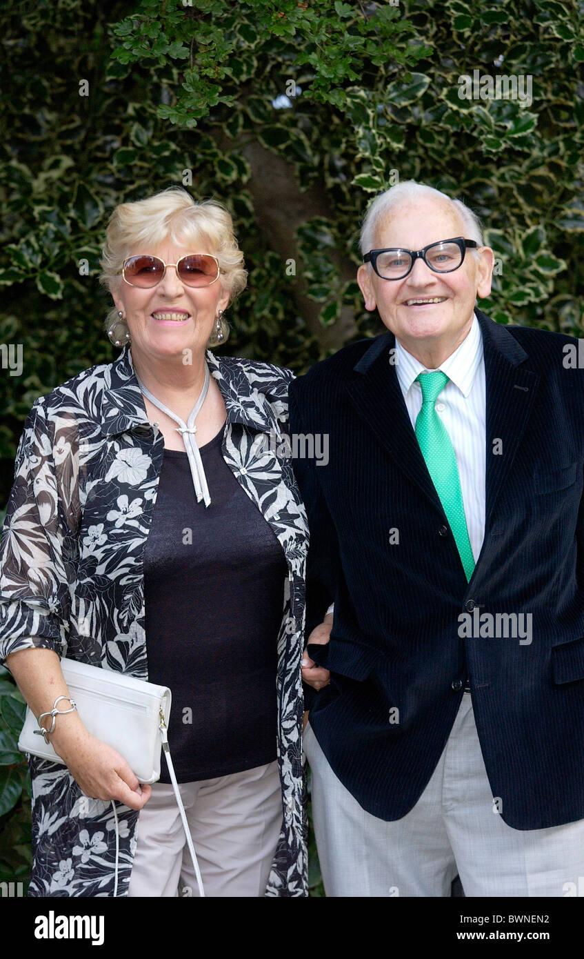 Ronnie Barker e la moglie di gioia per un partito di celebrità in Chelsea Immagini Stock